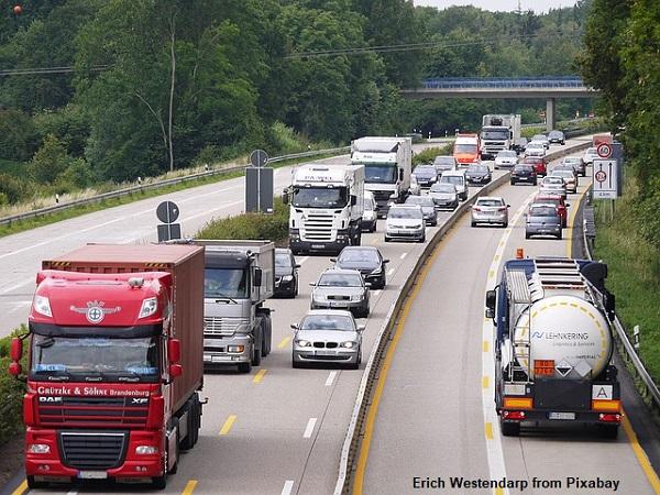משאיות של הובלות על כביש מהיר